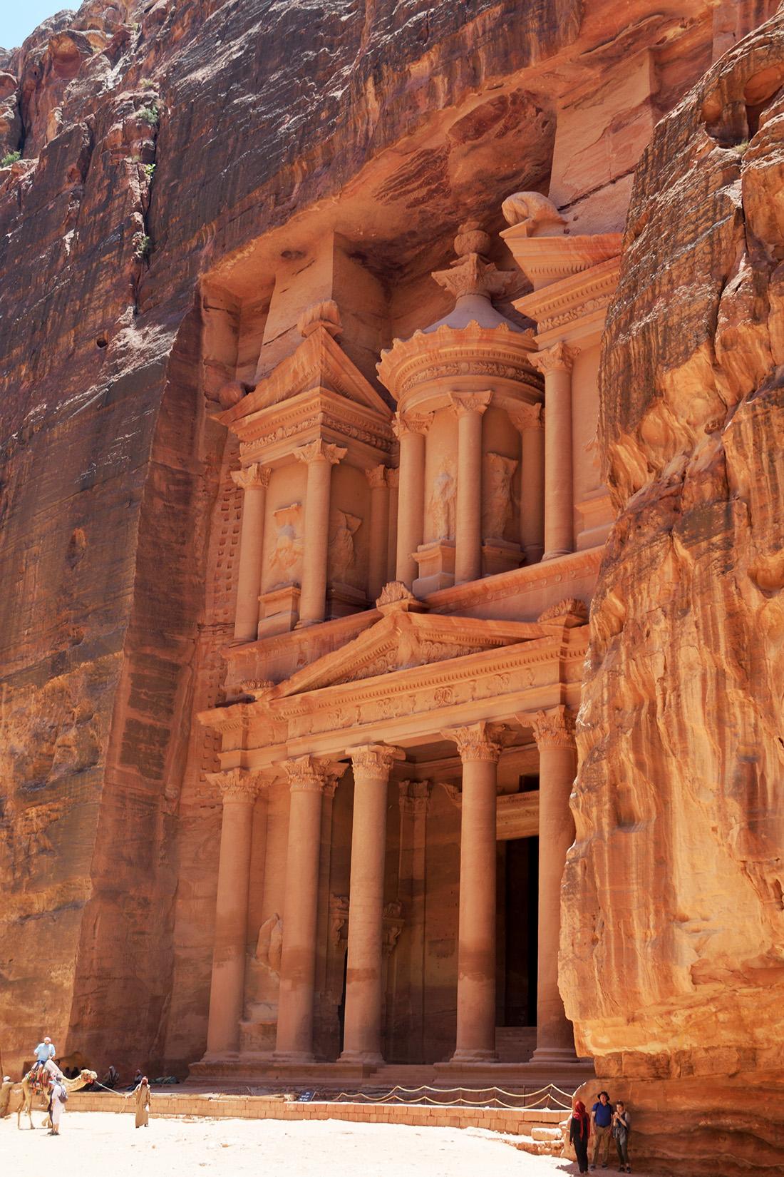 Tras 30 minutos caminando se llega a la primera maravilla y seguramente el monumento más bonito de Petra: el Tesoro.