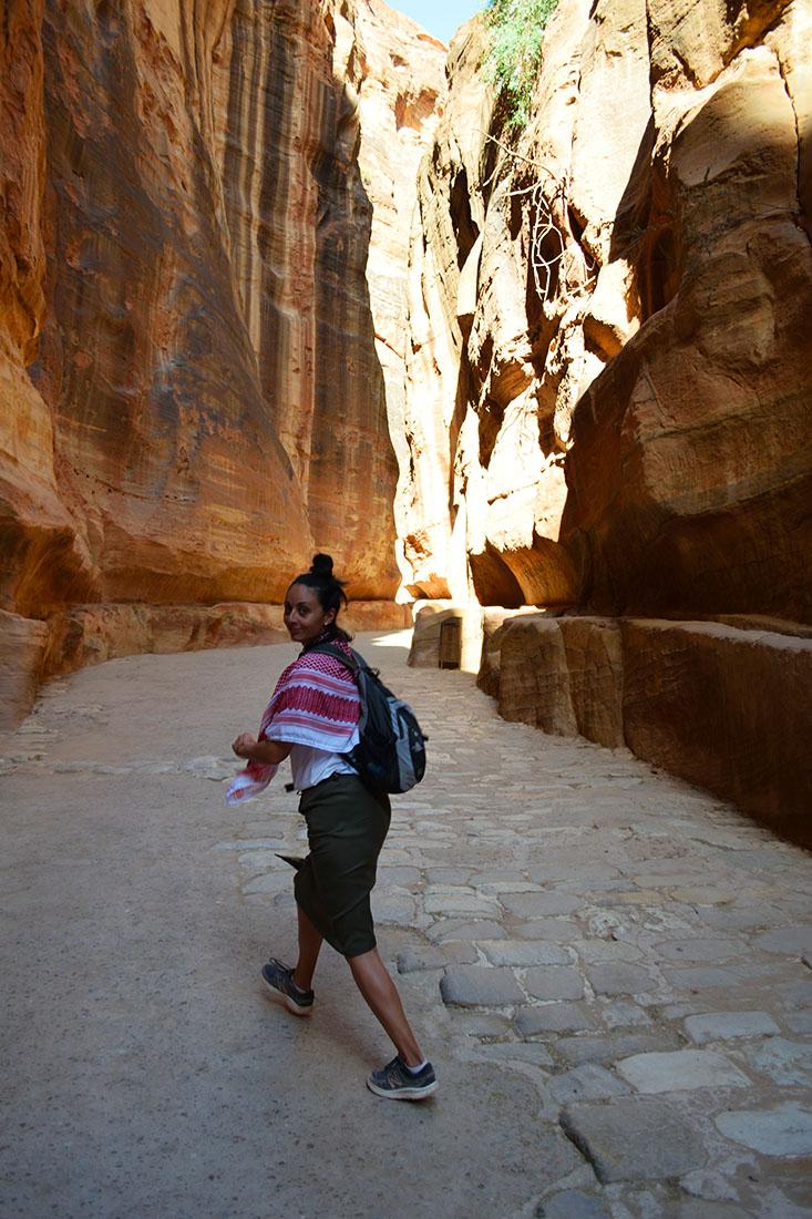 El final del Siq tiene un pequeño trecho con el pavimento antiguo. A ambos lados del camino están los canales excavados en la roca.