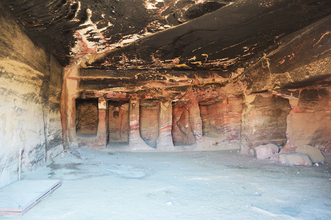 El interior estriado de una tumba en Petra. El techo negro se debe a las hogueras que los beduinos encendían.