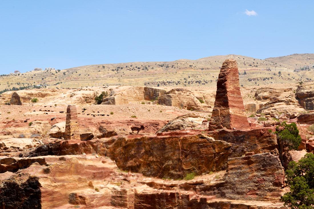 Obeliscos cerca del lugar alto de Al-Madhbah