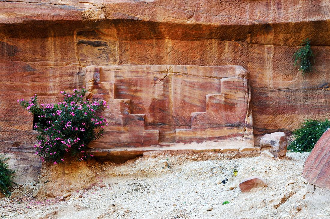 Parte superior de una tumba cercana al Tesoro. El nivel del suelo actual está varios metros por encima que el que había en la época nabatea