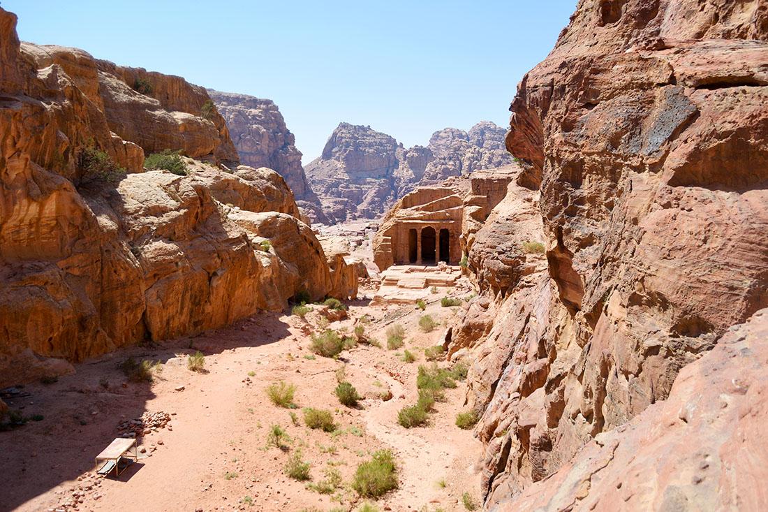 Al final del descenso de la montaña aparece el templo Jardín.