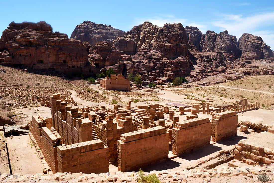 El centro de Petra. En primer plano el Gran Templo, el mayor de los templos natabeos; al fondo Qasr al-Bint, el único templo que resistió ambos terremotos.