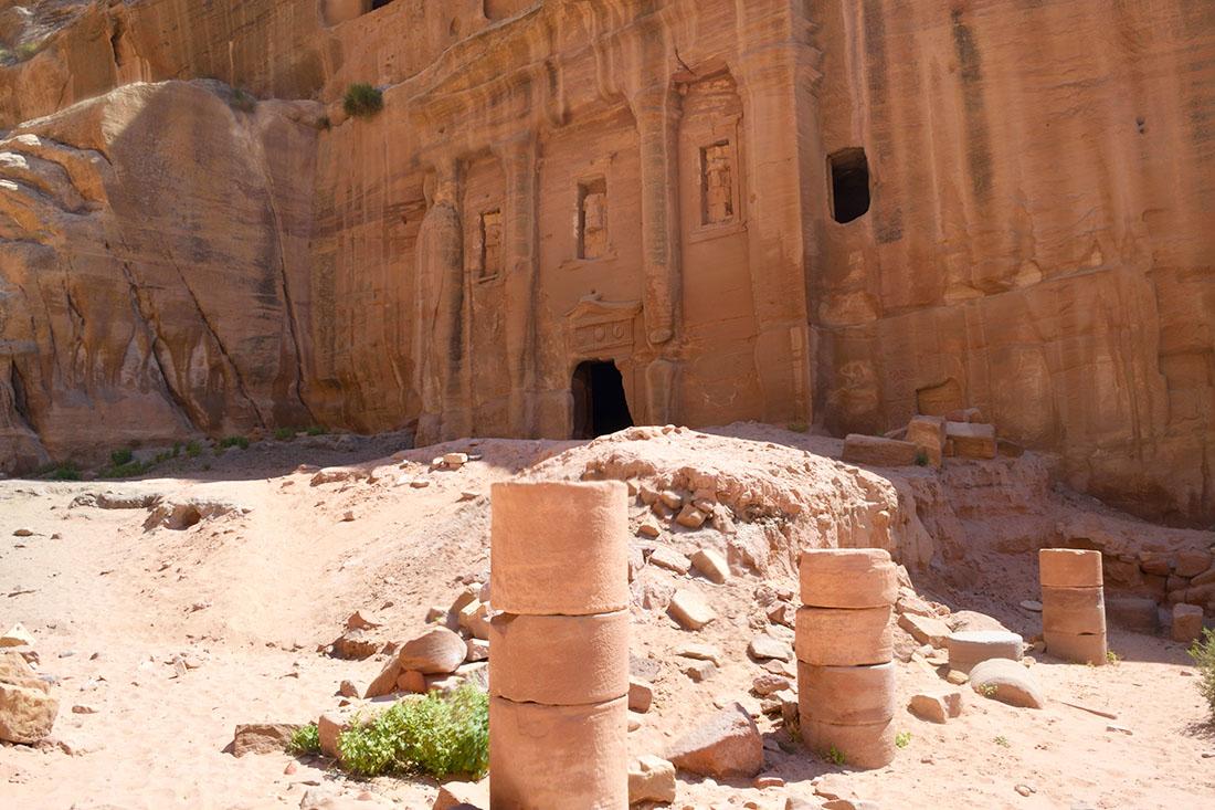 Tumba del soldado romano con columnas a medio restaurar en primer plano