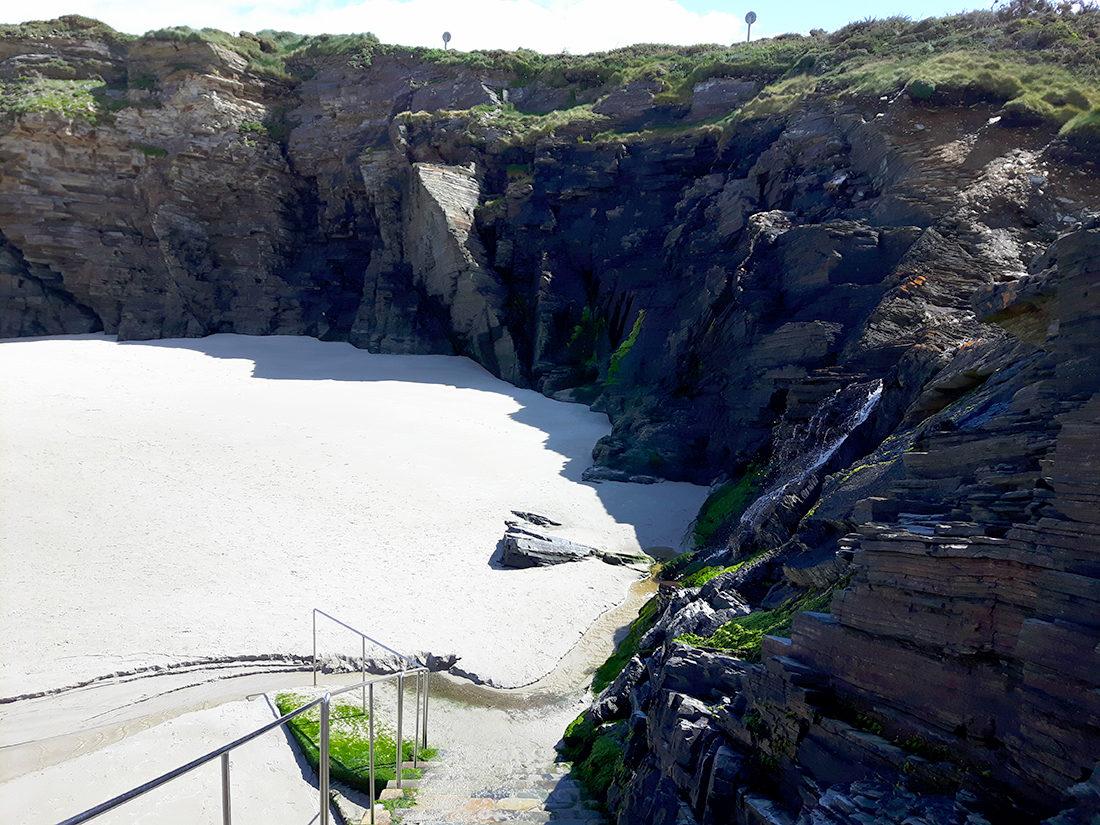 El descenso a una de las playas más bonitas del Cantábrico