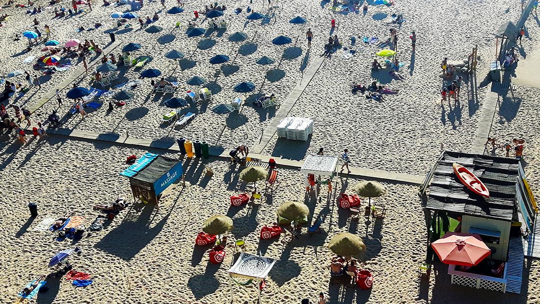 El chiringuito en a praia dos Pescadores, con masaje incluido