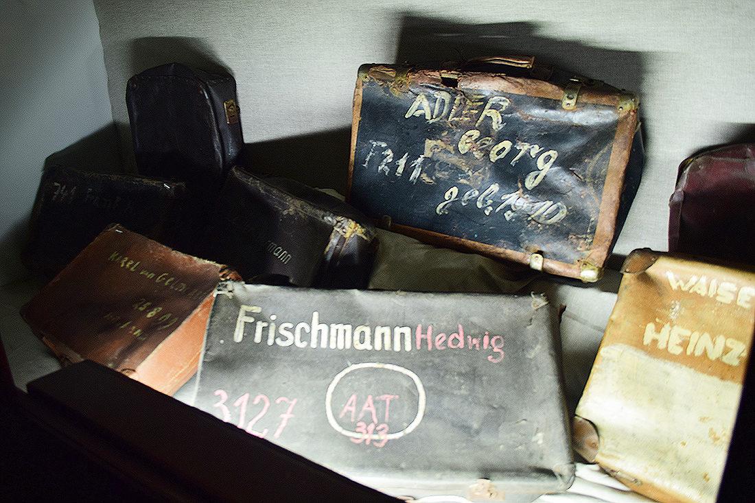 Maletas con el nombre de los prisioneros en Auschwitz I