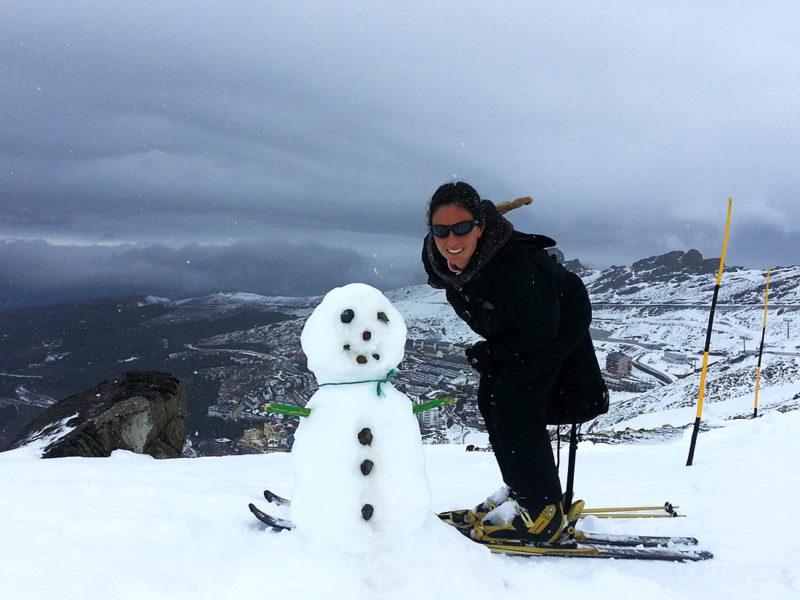 Muñeco de nieve con Sierra Nevada al fondo