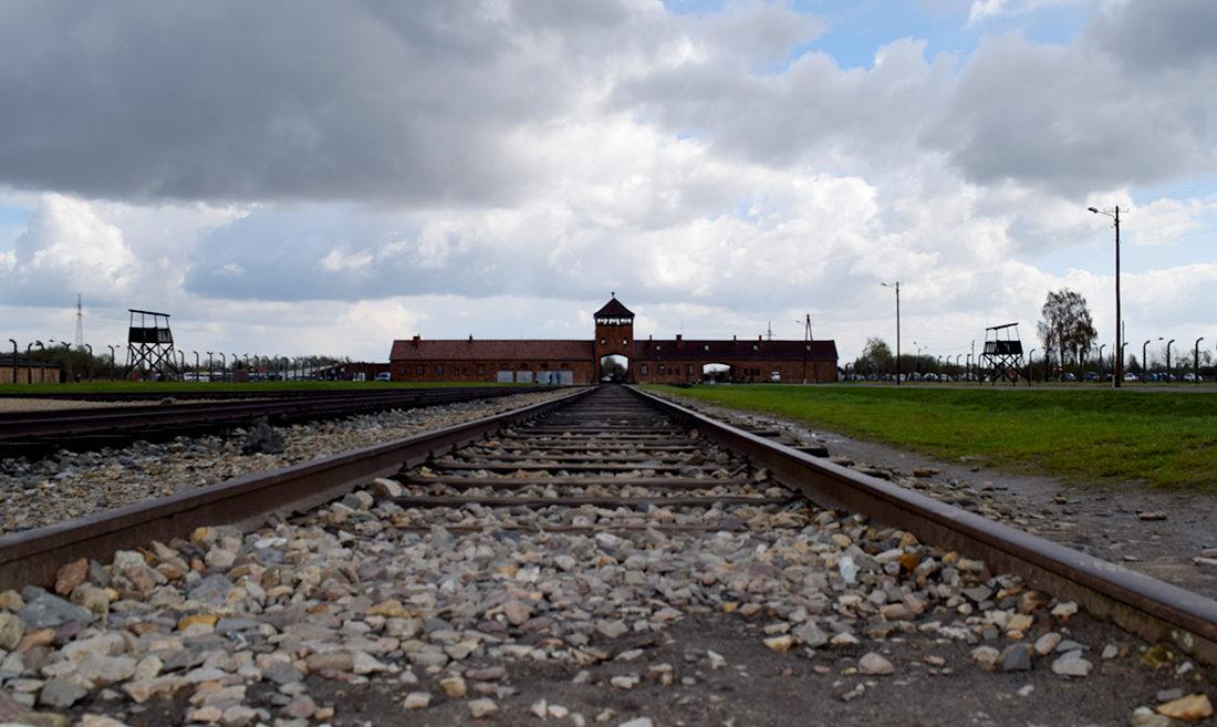 La vía que conduce al interior de Auschwitz - Birkenau