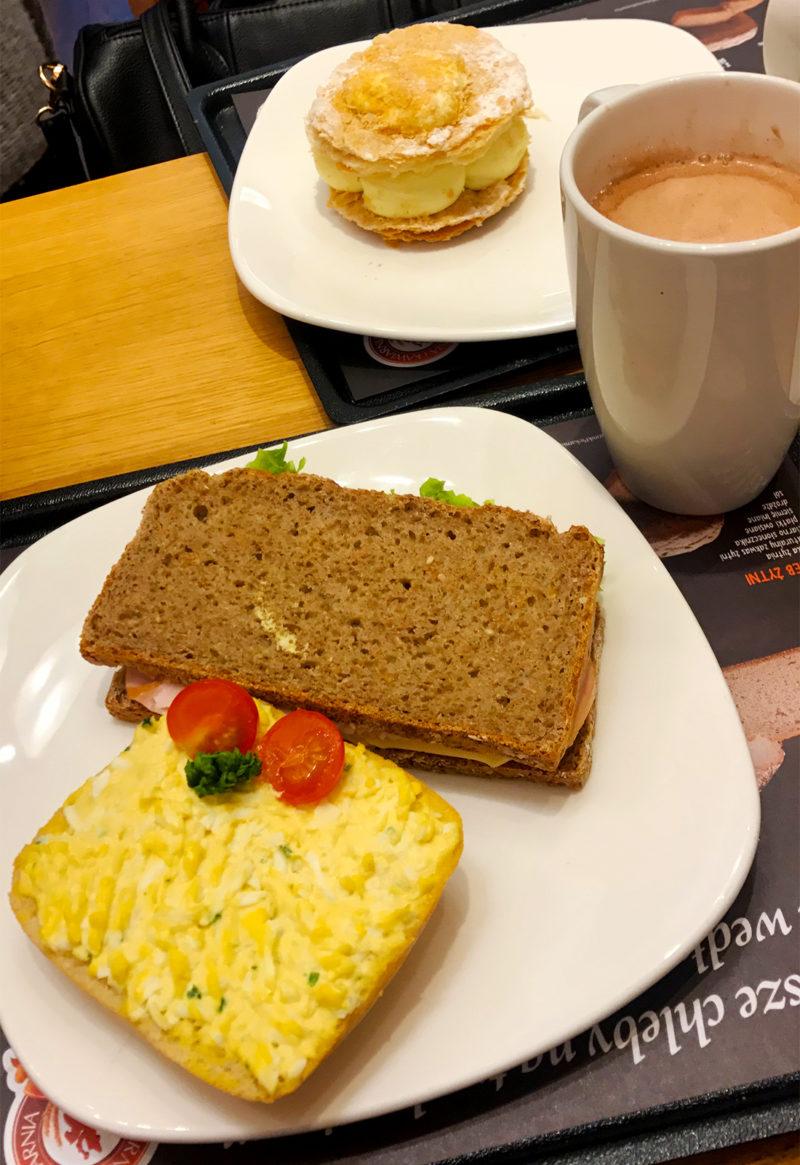 Desayunando fuerte para emprender viaje a Varsovia