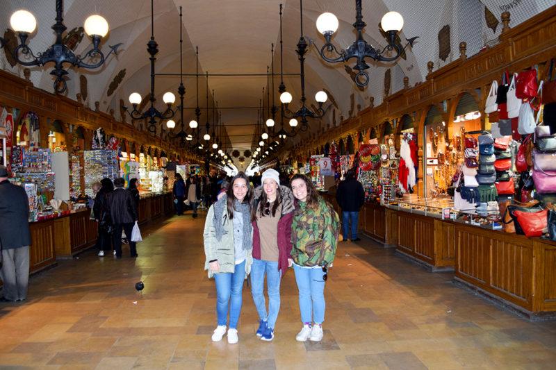 Paula, Sandra y Julia en Lonja de Paños en Cracovia