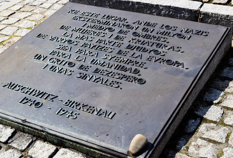 Placa conmemorativa en Birkenau