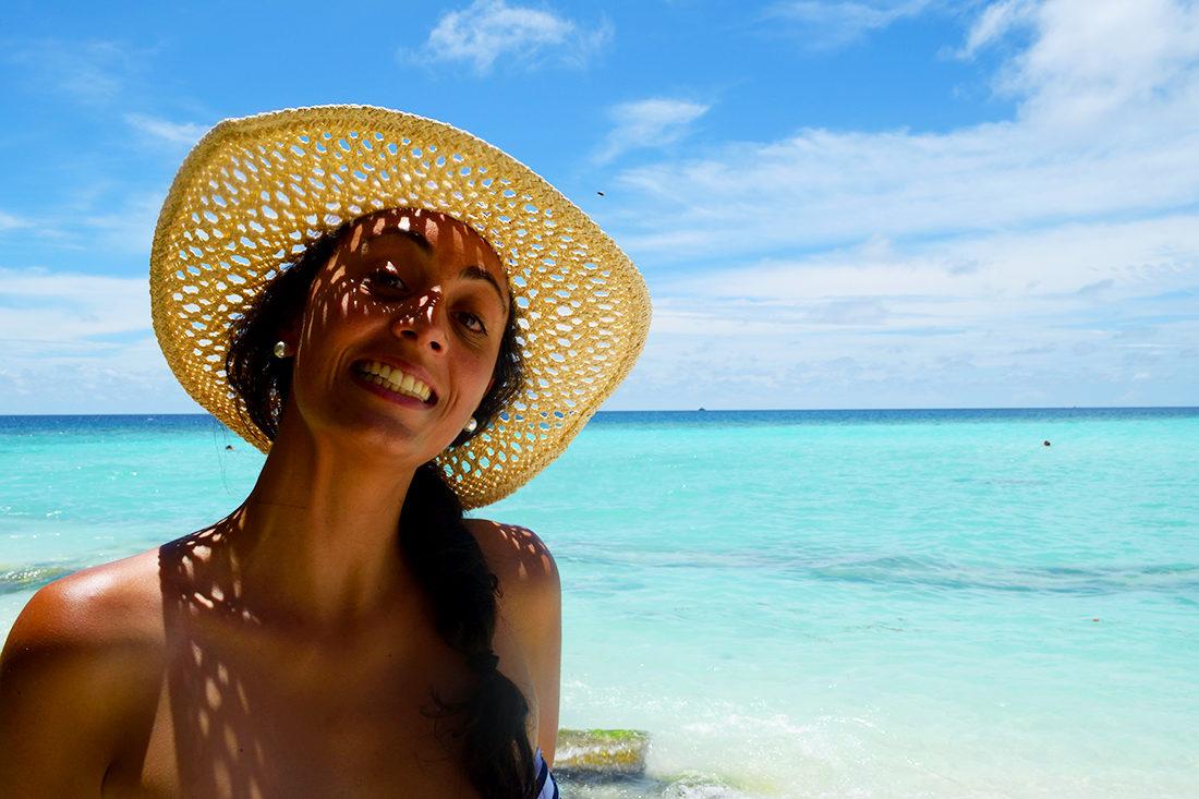 Natalia en una playa en Maldivas