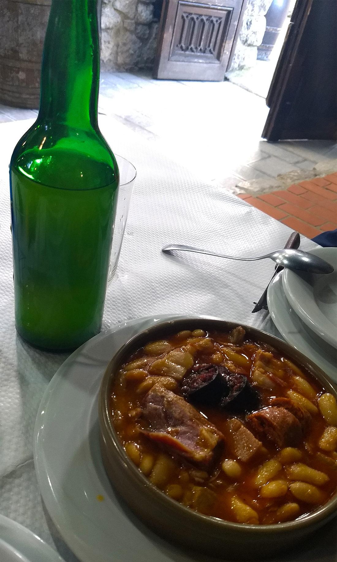 Fabada y botella de sidra en Casa Poli.