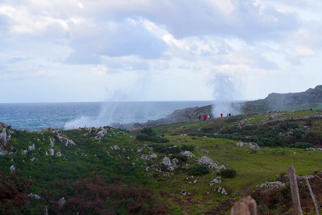 En esta foto se puede ver el tamaño de los Bufones. Mutan según el día: fuerza del mar y la marea condicionan el tamaño del chorro.
