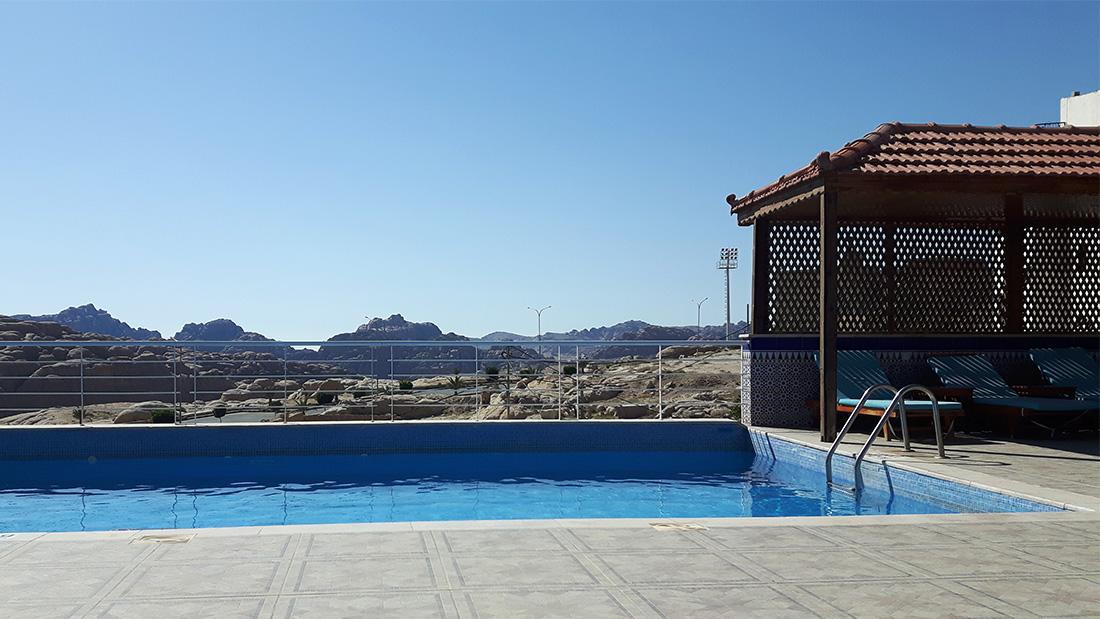 Piscina Petra Moon Hotel con vistas a las montañas que bordean Petra.