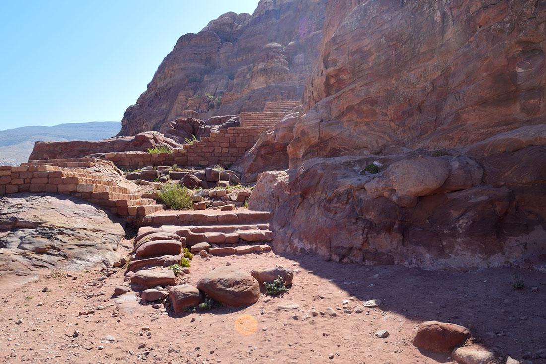 Pasada la tumba Real del Palacio se llega a estas escaleras que conducen a la cima de al-Khubtha y a la teteria con las mejores vistas del mundo.