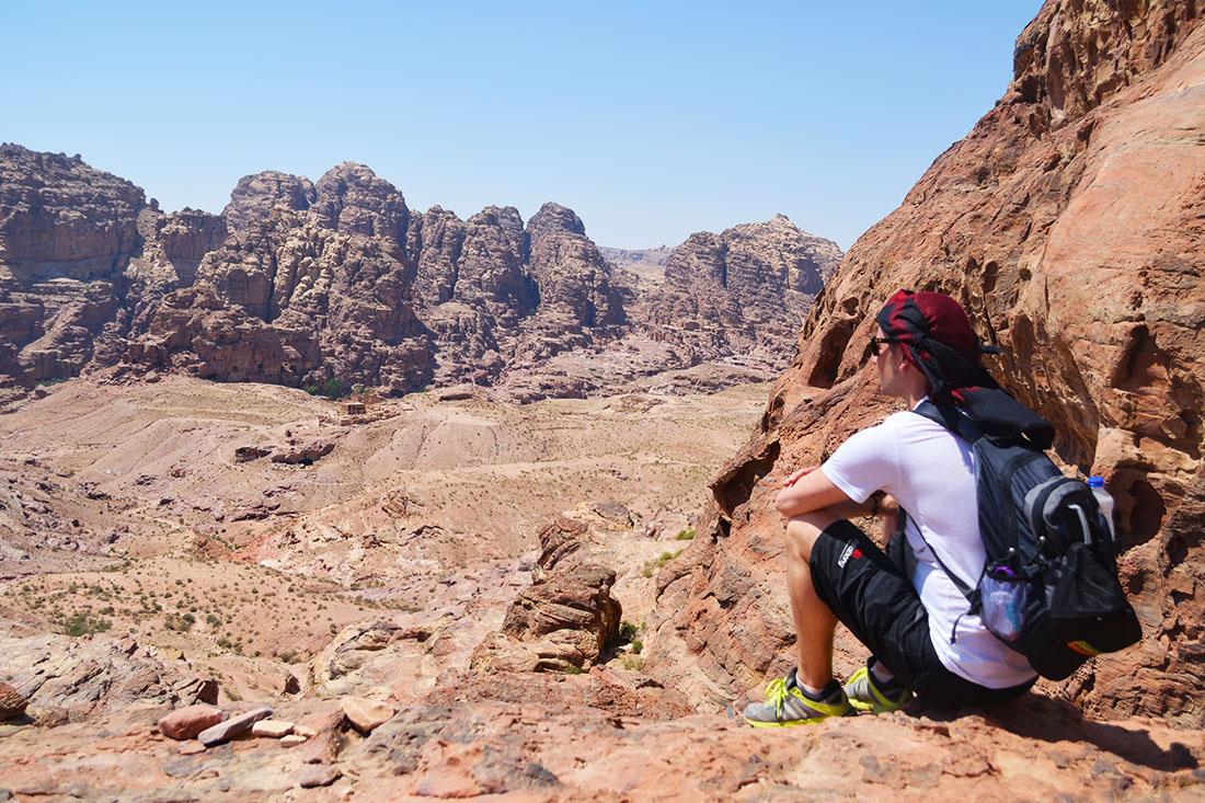 Panoramica de la bajada por el Wadi Farasa. No se distingue pero en las montañas del lado opuesto del valle hay horadadas gran número de Tumbas de fachada.