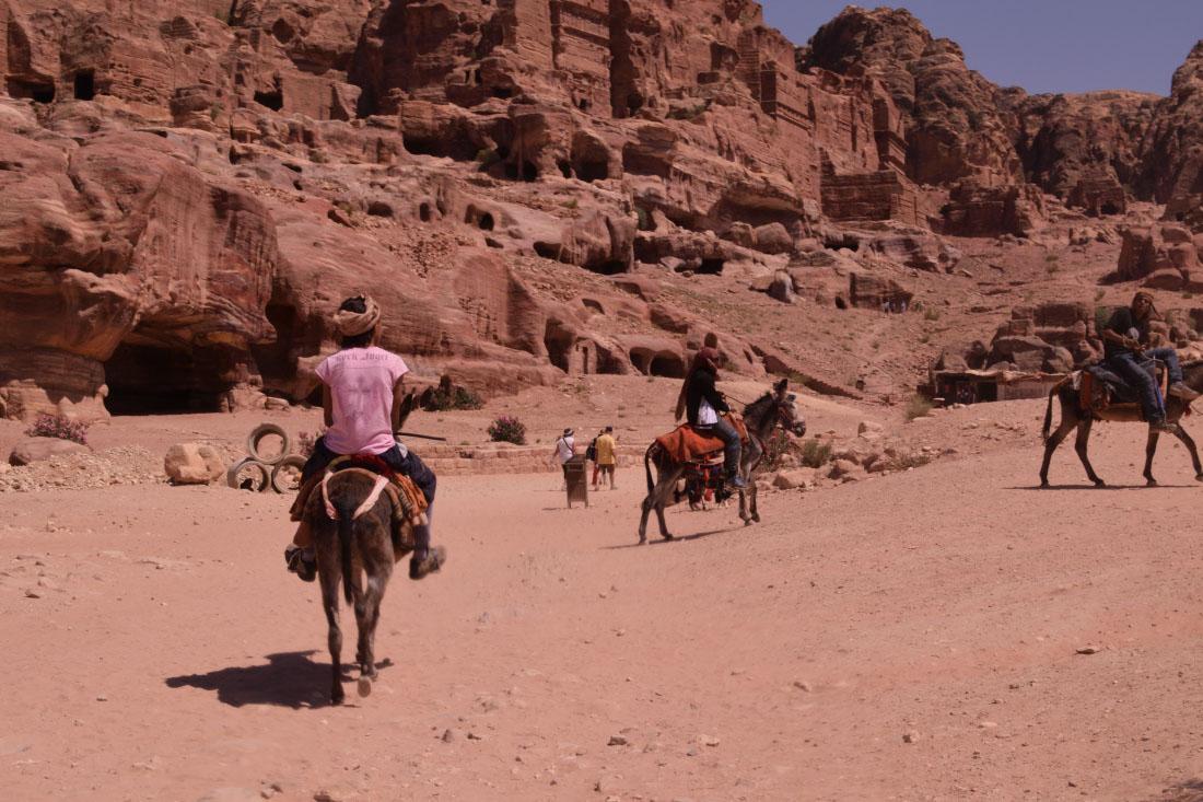 Chavales ofreciendo paseos en burro. Normalmente, este animal se utiliza para subir a los lugares altos.