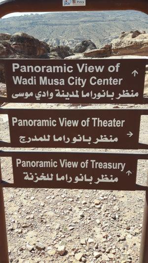 Cartel indicaciones mirador del Tesoro en Petra