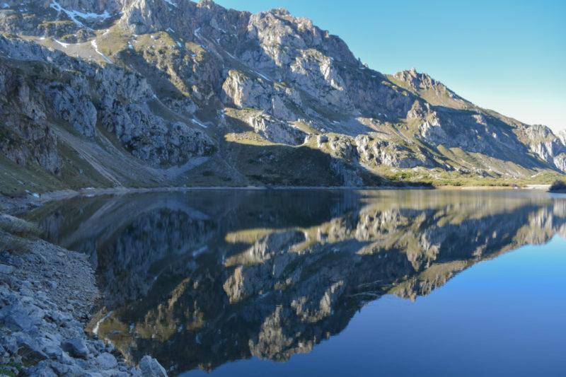 Reflejo agua Lago del Valle Somiedo