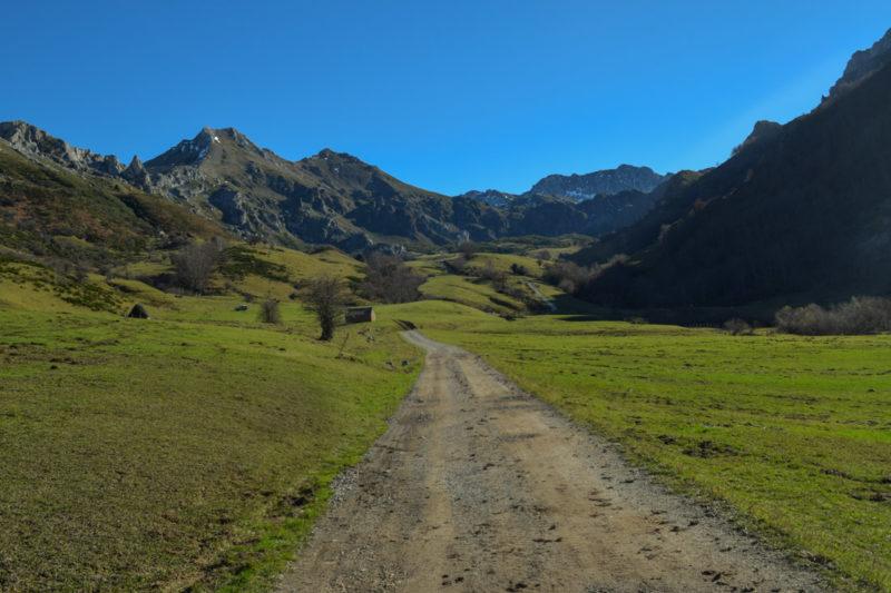 Sendero en ruta del Valle del Lago.