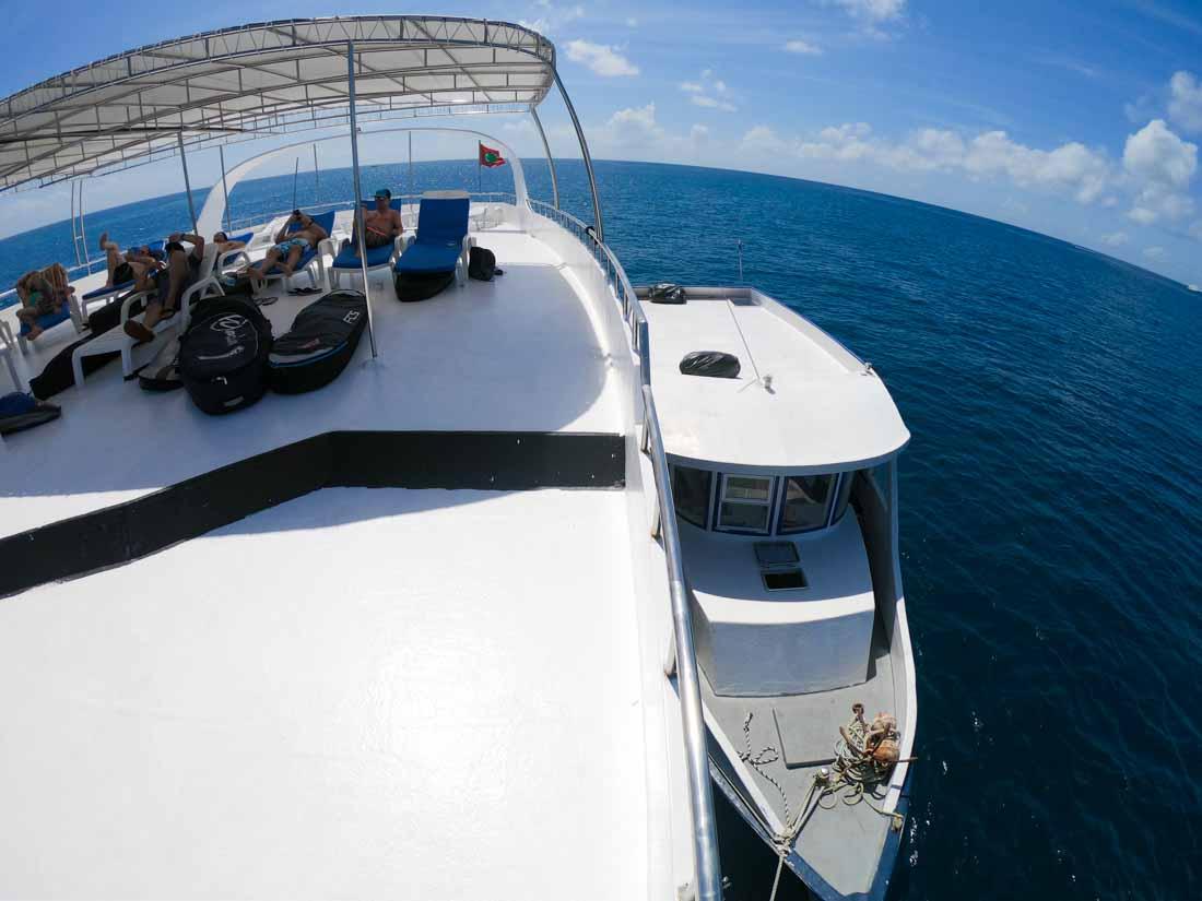 El barco de surf en Maldivas y su dhoni