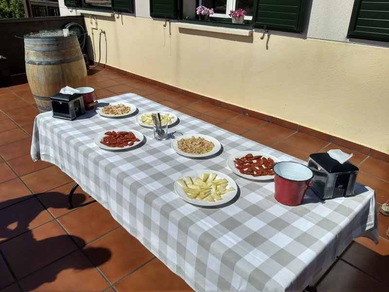 Degustacion comida y txakoli en visita a bodega Talai Berri