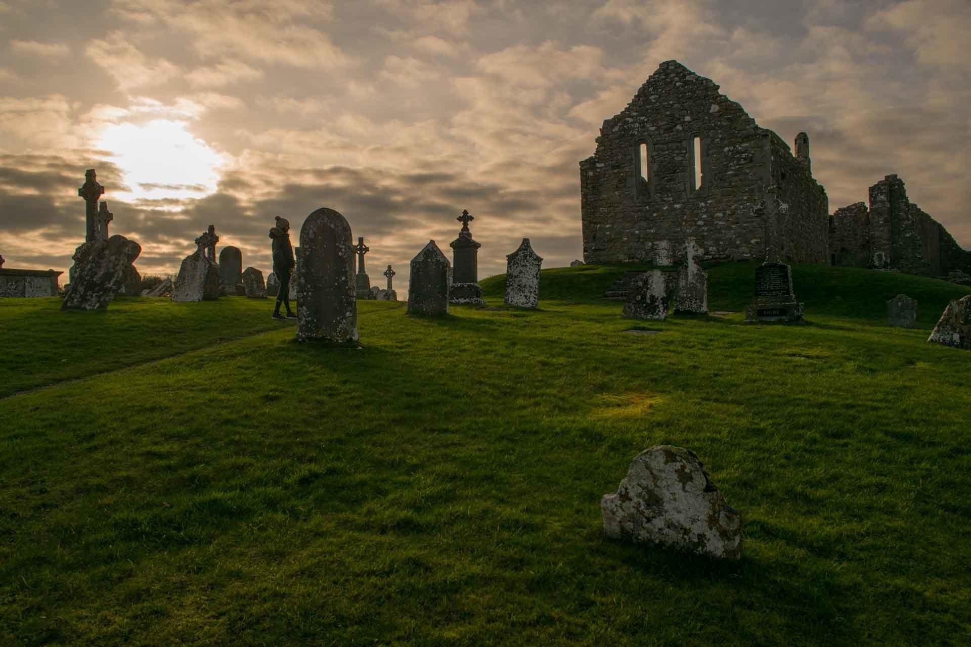 Monasterio de Clonmacnoise al atardecer