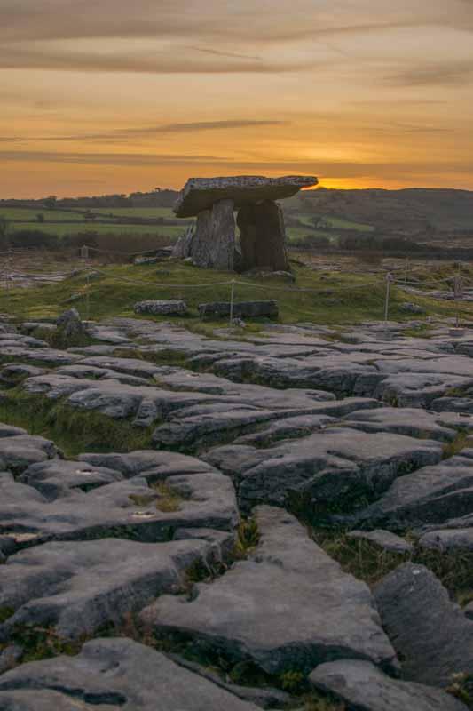 Puesta de sol en dolmen Poulnabrone, Irlanda
