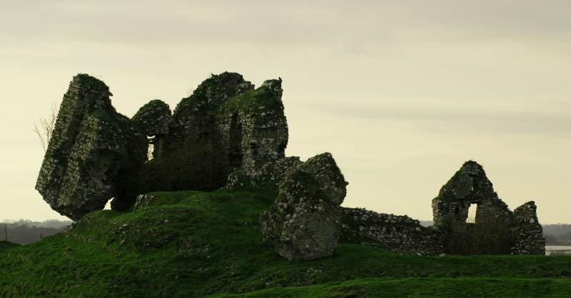 Restos de construcciones cerca de Clonmacnoise