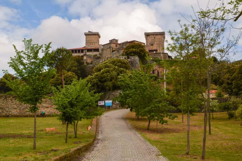 Acceso al Castillo de Monterrei en Verin