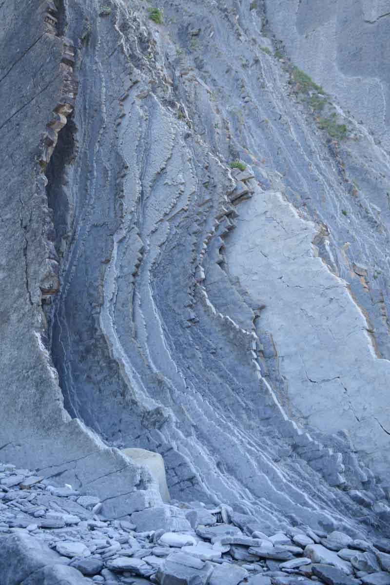 Estratos rocosos en Geoparque de la Costa Vasca