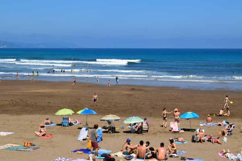 Olas y surf en la Playa de Itzurun Zumaia