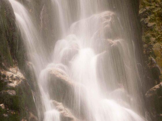 Rocas en la cascada Tabayon Mongayu
