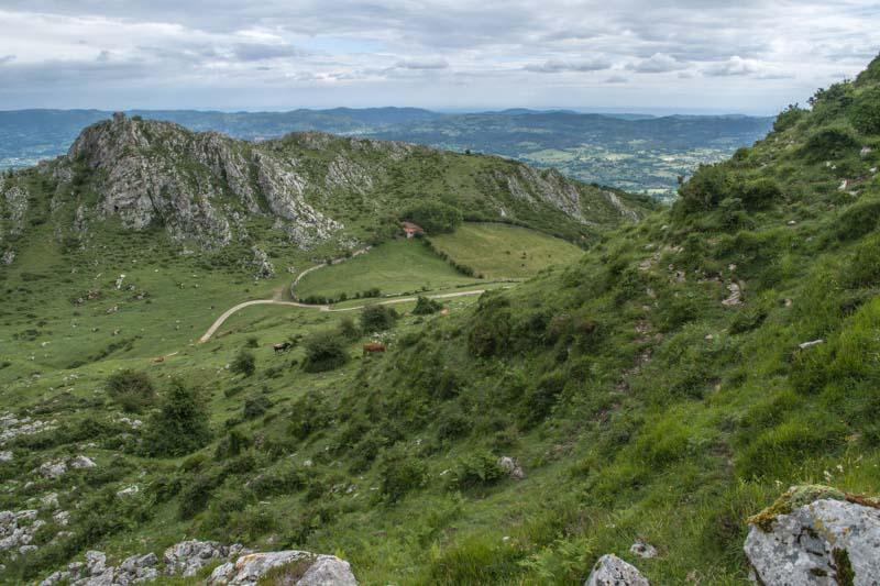 Subida a Peñamayor desde Les Praeres.