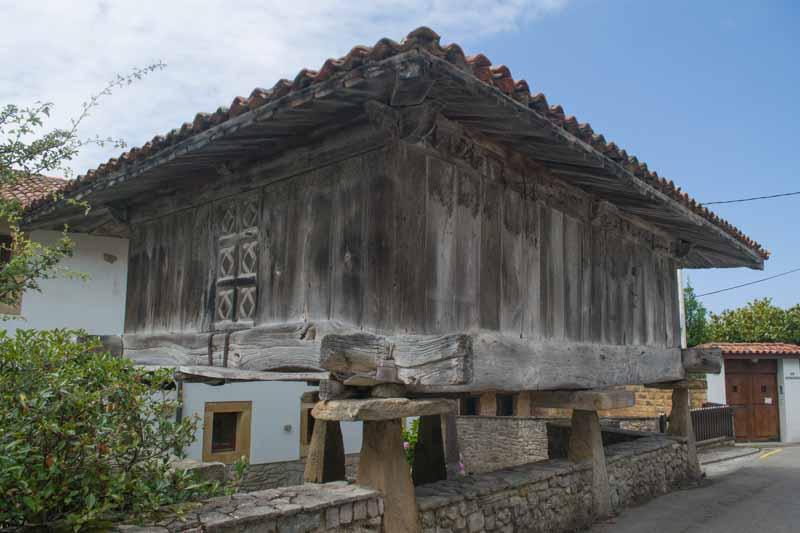 Horreo en pueblo de La Isla Asturias