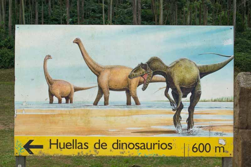 Cartel de huellas de dinosaurio en playa La Griega en Asturias