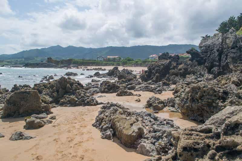 El paso en marea baja entre la playa de La Isla y playa del Barrigon