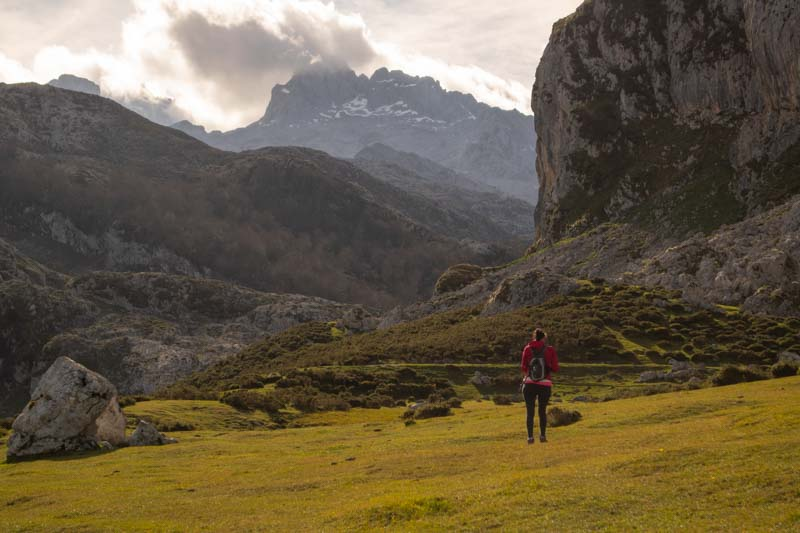 Caminando por el lateral del lago Ercina Covadonga
