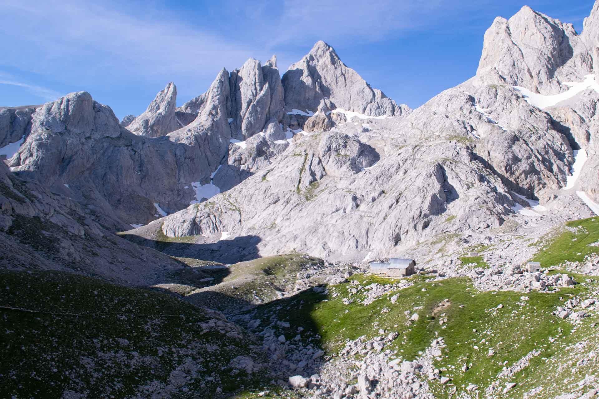 Jou de Los Cabrones con el refugio en Picos de Europa