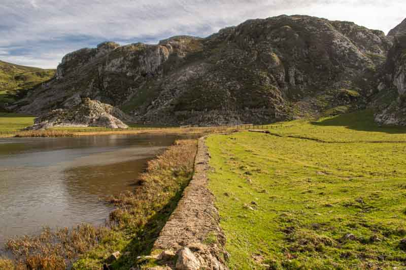 Muro mampostería en lago Ercina
