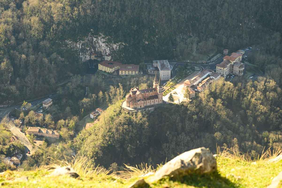 Basilica de Covadonga desde las alturas Cruz de Priena