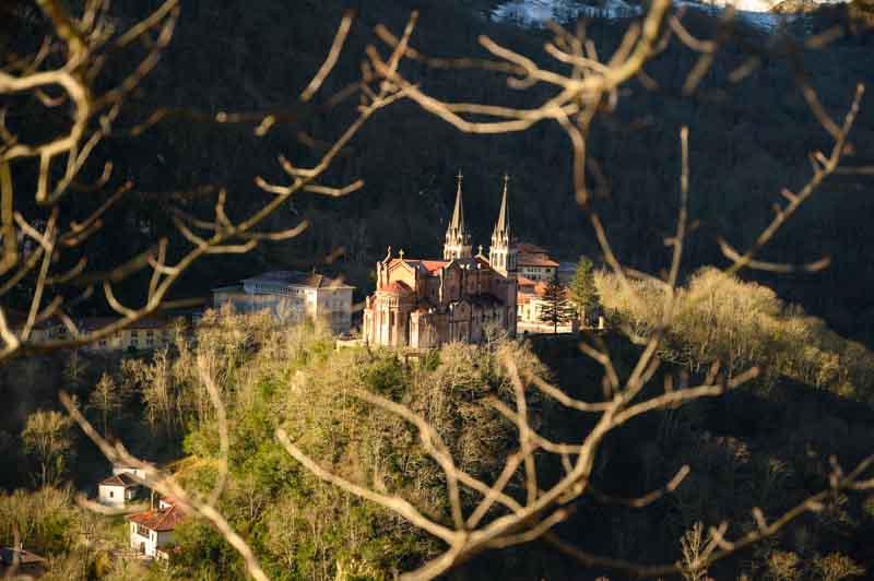 Panorámica a la Basílica de Covadonga desde la subida a Cruz de Priena