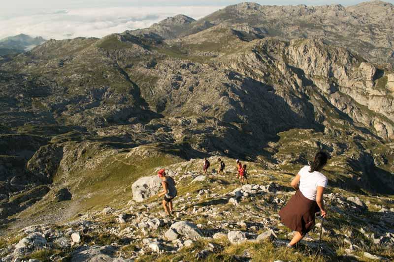 Bajada de pico Jultayu macizo del Cornión en Picos de Europa