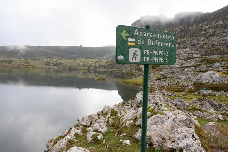 Cartel indicador al parking de Buferreira en los Lagos de Covadonga
