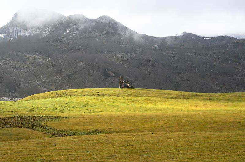 Ermita en Lagos de Covadonga vista desde el refugio vega de Enol