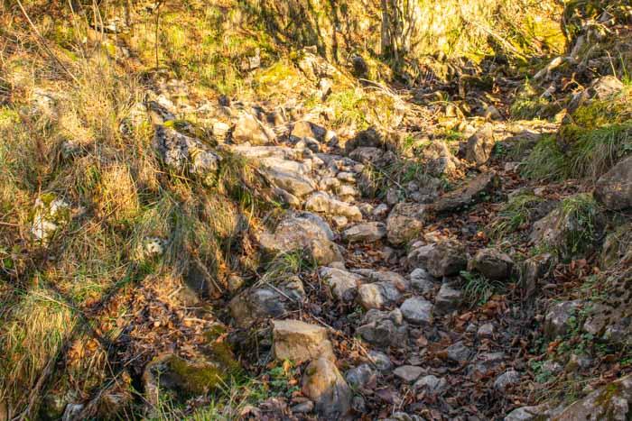 Camino de piedra entre Bulnes y collado Pandébano