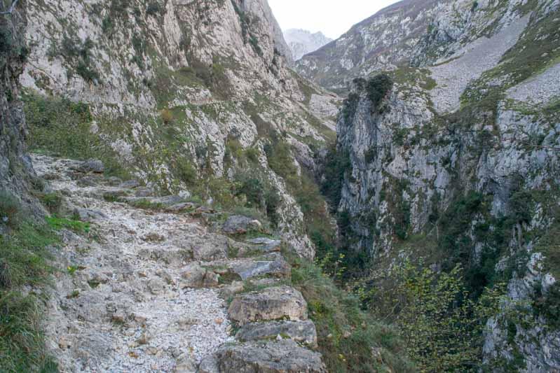 Parte del camino en en la canal del Texu, de Poncebos a Bulnes