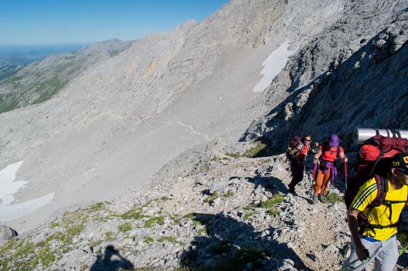Camino entre Naranjo de Bulnes y Jou de los Cabrones en Picos de Europa